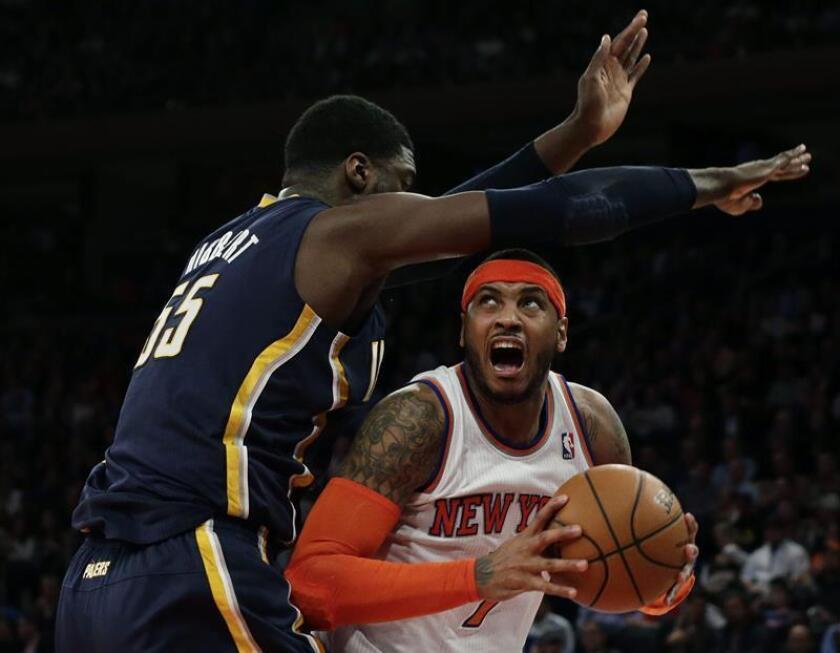Carmelo Anthony (d) de los Knicks de Nueva York disputa el balón con un jugador de los Pacers de Indiana durante un juego de la NBA. EFE/Archivo