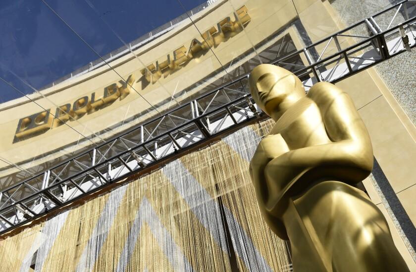 ARCHIVO - En esta fotografía, una estatua del Oscar debajo de la entrada al Teatro Dolby en Los Angeles.