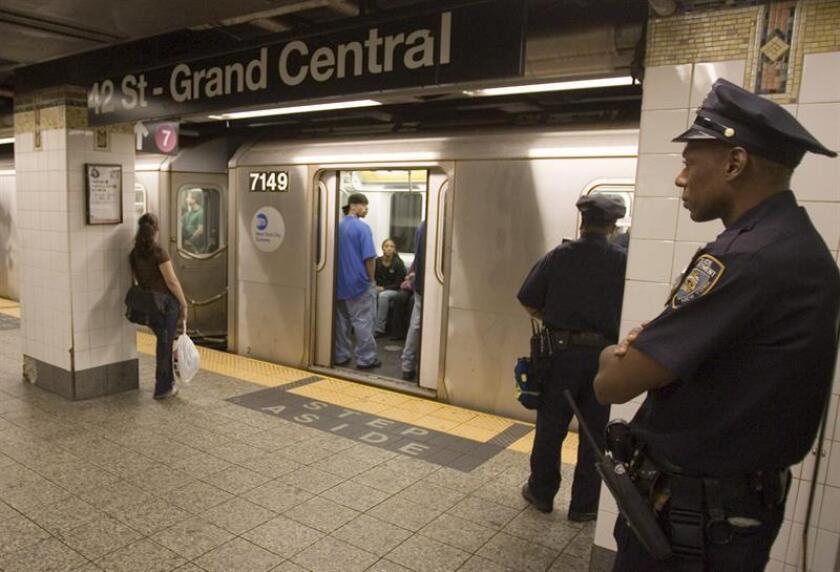 Tres españoles que llegaron a Estados Unidos el pasado 8 de abril fueron detenidos por la Policía de Nueva York acusados de pintar grafitis en varios vagones del metro en Manhattan y Brooklyn, informaron hoy medios locales. EFE/ARCHIVO