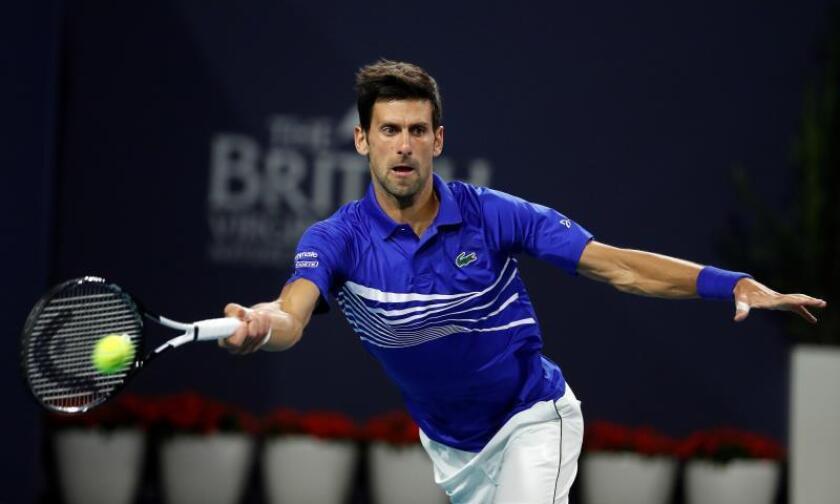 El tenista Novak Djokovic, durante su partido contra Bernard Tomic, en el Abierto de Miami. EFE