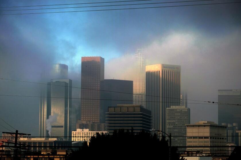 Una capa de humo cubre el centro de Los Angeles la mañana del miércoles 22 de junio del 2016. (Foto AP /Richard Vogel)