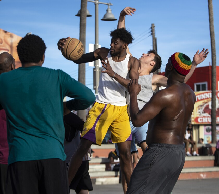 486294-la-me-kobe-bryant-pickup-basketball-venice-beach-8-BRV.jpg