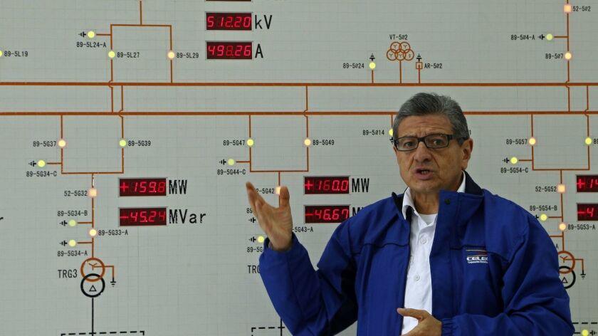 Gonzalo Uquillas, de la empresa eléctrica estatal ecuatoriana CELEC, recorre la problemática planta hidroeléctrica Coca Codo Sinclair, financiada por China, en noviembre de 2018 (Cristina Vega / AFP / Getty Images).