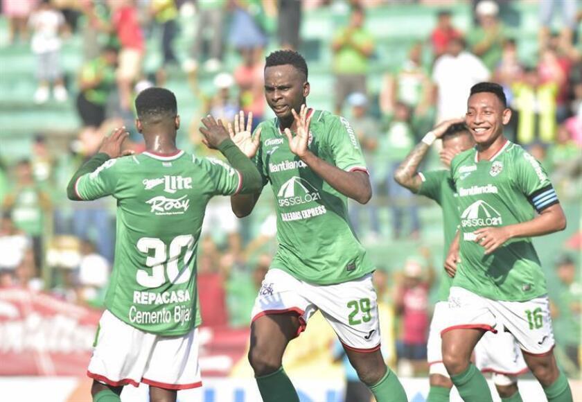 El jugador de Marathon, Bryan Johnson (c), celebra un gol durante un partido del Torneo Clausura, ante Real de Minas, celebrado este domingo en el estadio Yankel Rosenthal, en San Pedro Sula (Honduras). EFE
