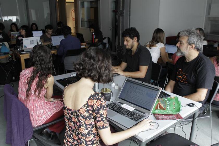 Vista de varias personas que toman una clase de informática. EFE/Archivo
