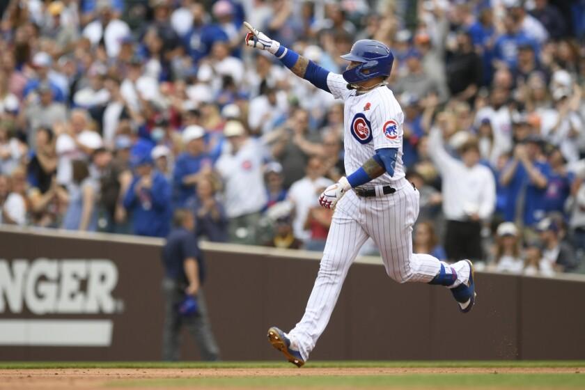 Javier Báez de los Cachorros de Chicago celebra mientras recorre las bases luego de pegar un jonrón