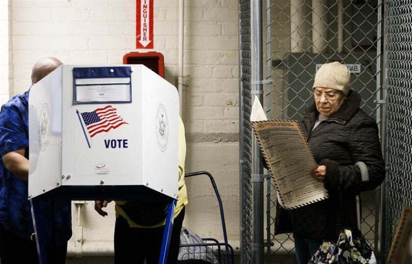 Ciudadanos emiten su voto ayer, martes 6 de noviembre de 2018, en el Bronx, Nueva York (Estados Unidos). EFE