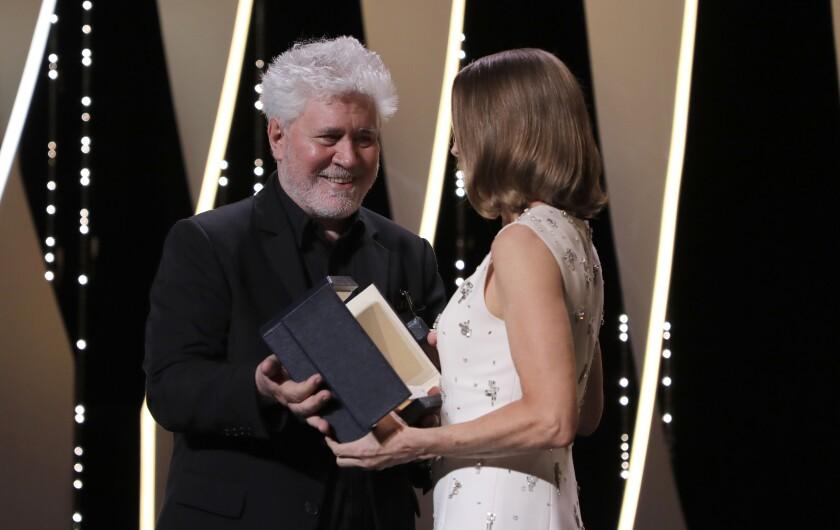 Pedro Almodóvar le entraga a Jodi Foster una Palma de Oro honoraria