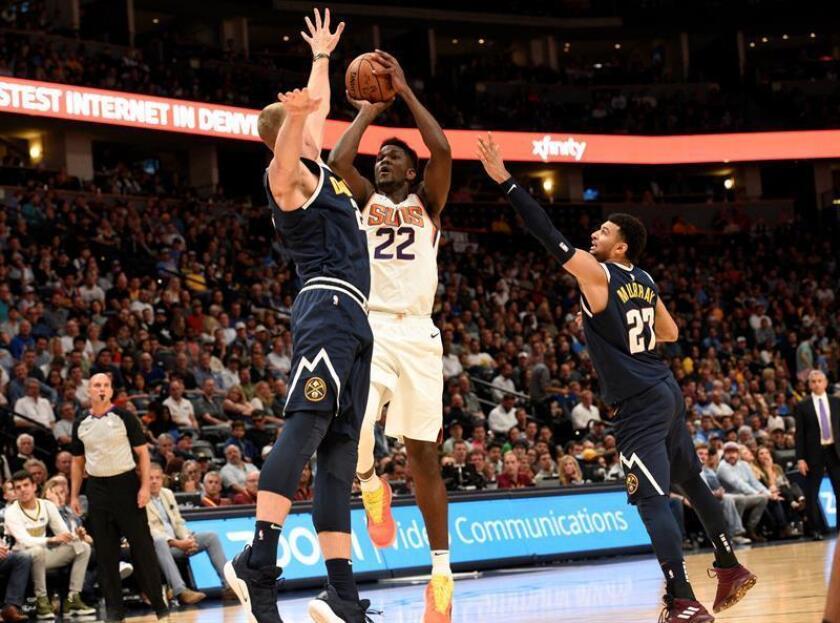 El jugador de los Nuggets Mason Plumlee (i) en acción ante Deandre Ayton (c) de los Suns durante el juego de baloncesto de la NBA entre los Denver Nuggets y los Phoenix Suns, en el Pepsi Center, en Denver (EE.UU.). EFE