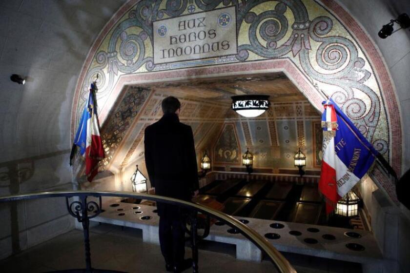 El presidente francés, Emmanuel Macron, visita la cripta del cementerio de Notre Dame de Lorette cerca de Arras, Francia, hoy, 8 de noviembre de 2018. EFE