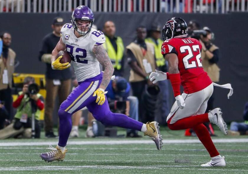 Minnesota Vikings tight end Kyle Rudolph (L) makes a reception against Atlanta Falcons safety Keanu Neal (R) during the second half of the NFL American football game between the Minnesota Vikings and the Atlanta Falcons at Mercedes-Benz Stadium in Atlanta, Georgia, USA. EFE