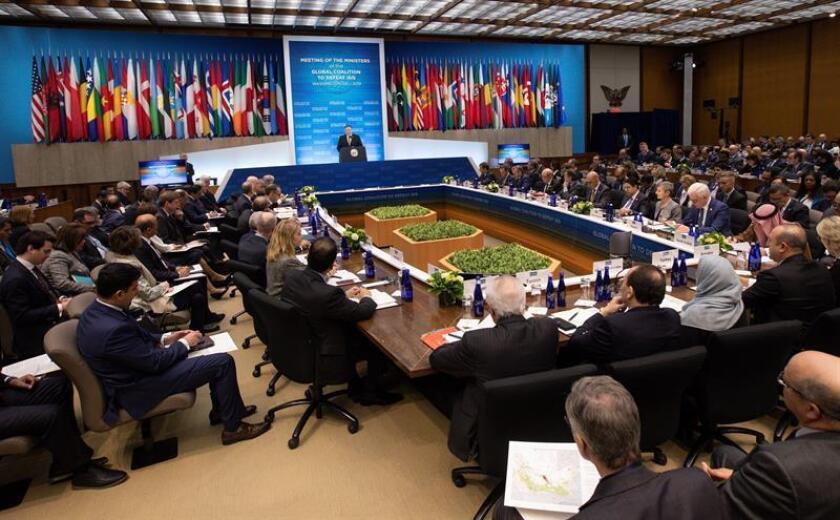 El secretario de Estado estadounidense, Mike Pompeo (c), pronuncia su discurso durante la reunión de ministros de Exteriores de la coalición internacional contra el Estado Islámico (EI), compuesta por 75 países, el miércoles 6 de febrero de 2019 en Washington, Estados Unidos. EFE/Archivo
