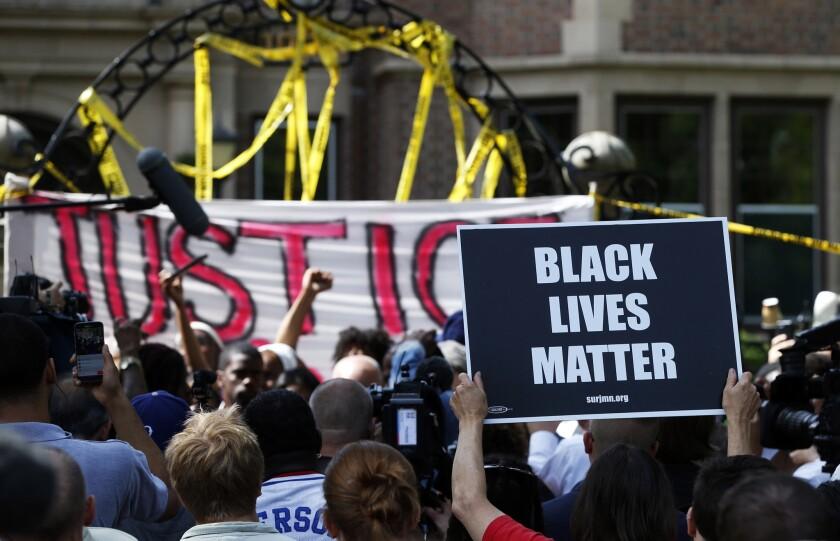 Manifestantes se reúnen frente a la residencia del gobernador, el jueves 7 de julio de 2016, en St. Paul, Minnesota. Un policía mató a Philando Castile mientras una mujer en el vehículo envió en vivo lo que ocurrió después en un video ampliamente visto en Facebook. (AP Foto/Jim Mone)