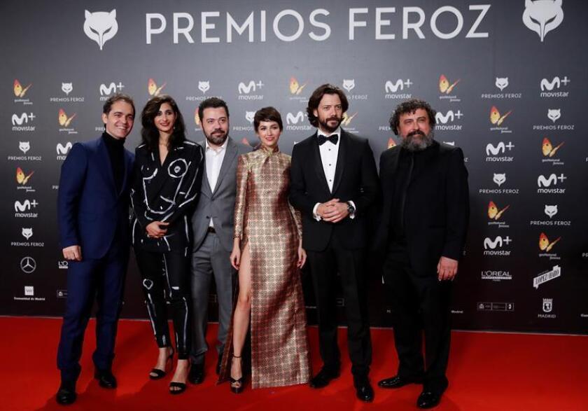 """El equipo de la serie """"La casa de papel"""" posa a su llegada a la entrega de los premios Feroz en el Complejo Magariños de Madrid. EFE/Archivo"""