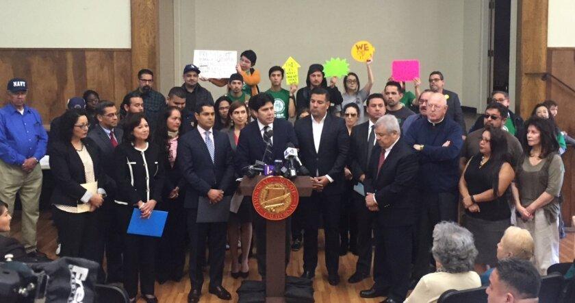 """El presidente encargado del Senado de California, el hispano Kevin De León, destacó la importancia del activismo de los líderes comunitarios y señaló igualmente que """"los fondos proveen un vital enlace comunitario para asegurar que las familias, particularmente los niños, sean examinados lo más pronto posible""""."""