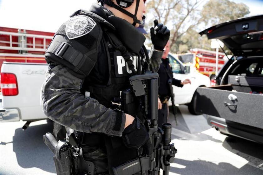 Policías vigilan los alrededores de la sede de YouTube en San Bruno, California, EE. UU., el 3 de abril de 2018, después de presentarse un tiroteo. EFE/Archivo