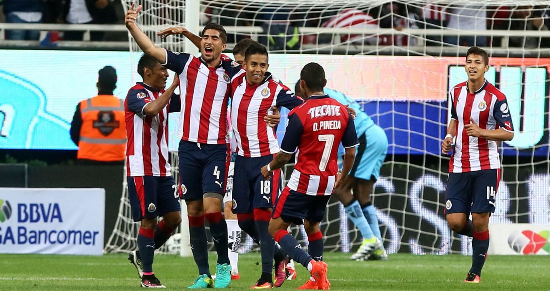 Néstor Calderón (c) anotó un gol en la segunda parte y Chivas consiguió su primer triunfo de la campaña al doblegar 1-0 a Monterrey.