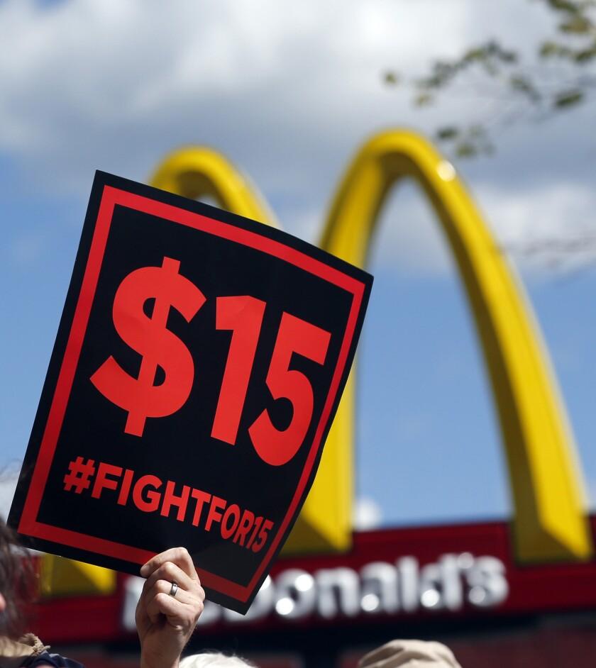 Los beneficios e inconvenientes de las subidas de los salarios mínimos suelen enfrentar a las grandes empresas con los representantes de los trabajadores.