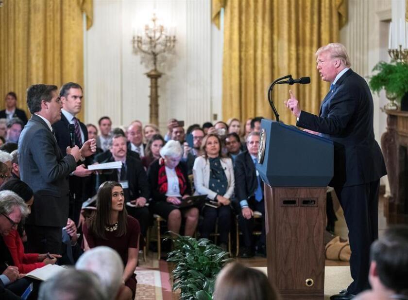 """El Gobierno defendió hoy su """"amplio poder"""" para decidir qué periodistas acceden a la Casa Blanca, mientras los principales medios de comunicación del país cerraban filas en torno a la CNN en su demanda por la retirada de la acreditación al corresponsal estrella de la cadena, Jim Acosta. EFE/Archivo"""