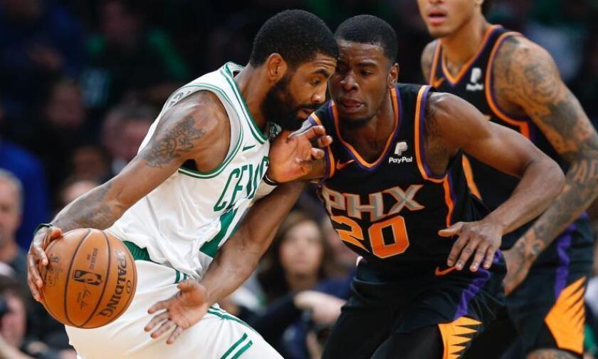 Josh Jackson (d) de los Phoenix Suns en acción contra Kyrie Irving (i) de los Celtics hoy, durante el partido de NBA entre los Boston Celtics y los Phoenix Suns, en el TD Garden de Boston, Massachusetts, (EE.UU.). EFE