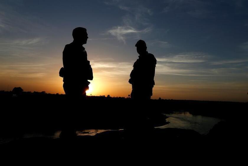Un par de agentes de la Patrulla de Fronteras de EE.UU. (USBP) patrullan por la orilla del Rio Grande a pie cerca de la ciudad de Rio Grande, en Texas (Estados Unidos). EFE/Archivo