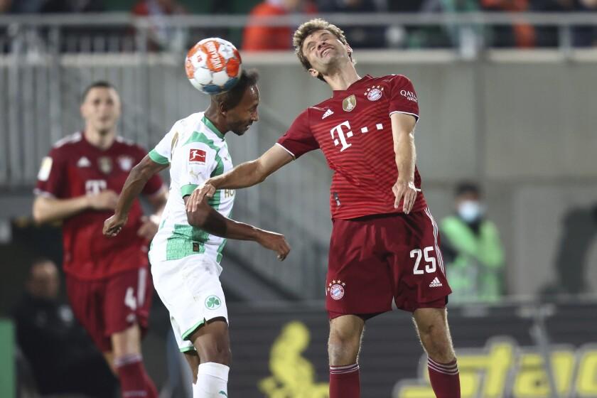 Thomas Müller, del Bayern Múnich, y Julian Green, del Fürth, disputan un balón en el duelo de la Bundesliga disputado el viernes 24 de septiembre de 2021 (Daniel Karmann/dpa via AP)