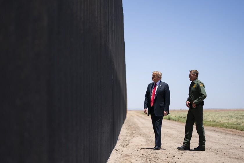 Rodney Scott, jefe de la Patrulla Fronteriza de Estados Unidos, y Donald Trump a