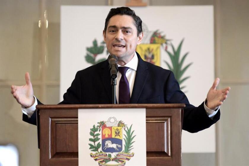 Carlos Vecchio, representante ante EE.UU. del líder opositor Juan Guaidó, quien se declaró en enero presidente legítimo de Venezuela, habla durante el inicio de la Conferencia Mundial de la Crisis Humanitaria en Venezuela, el jueves 14 de febrero, en la sede de la Organización de Estados Americanos (OEA), en Washington (EE.UU.). EFE/Archivo