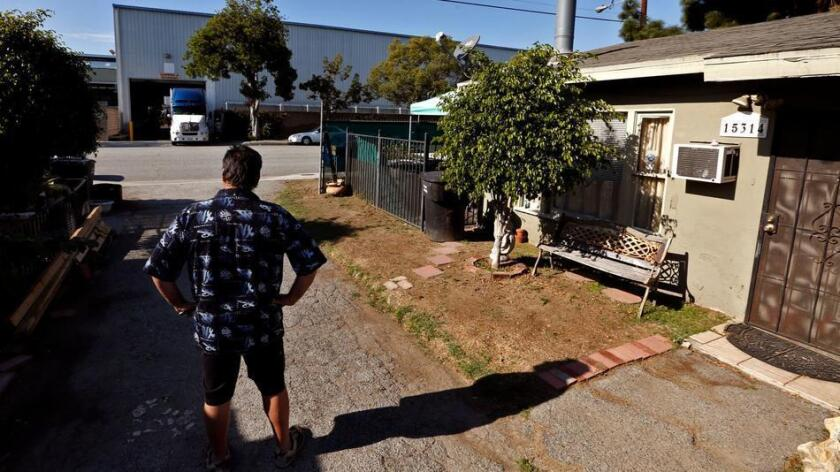 Damon Honaker vigila desde su casa al otro lado de la calle de Carlton Forge Works. Una investigación por emisiones tóxicas de la instalación que comenzó hace años fue recientemente ampliada a otras empresas metalúrgicas ubicadas en Paramount (Genaro Molina / Los Angeles Times).