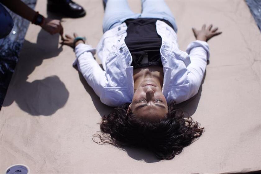 Una mujer participa en una protesta para recordar a las personas desaparecidas hoy, miércoles 14 de febrero de 2018, en Ciudad de México (México). Autoridades judiciales ordenaron hoy procesar a 19 exfuncionarios, exjefes policiacos y agentes del oriental estado mexicano de Veracruz acusados de desaparición forzada de personas. EFE