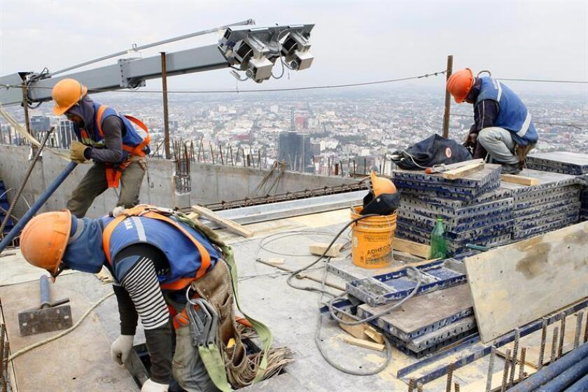 Los desarrolladores inmobiliarios gastan entre un 5 % y un 10 % más en una obra por los sobornos que dan a las autoridades de Ciudad de México, informó hoy la ONG Mexicanos Contra la Corrupción y la Impunidad (MCCI). EFE/Archivo