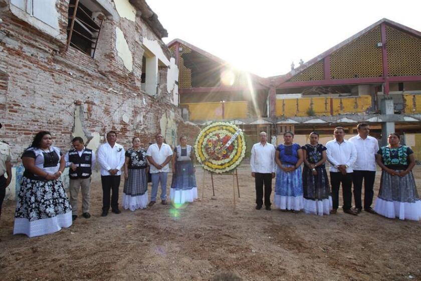 Con un llamado al Gobierno federal mexicano a que aumente el apoyo a la reconstrucción, la alcaldesa de Juchitán, Gloria Sánchez, encabezó hoy un acto en el primer aniversario del terremoto de magnitud 8,2 con el izamiento de la bandera a media asta y una guardia en memoria de las víctimas. EFE/ARCHIVO