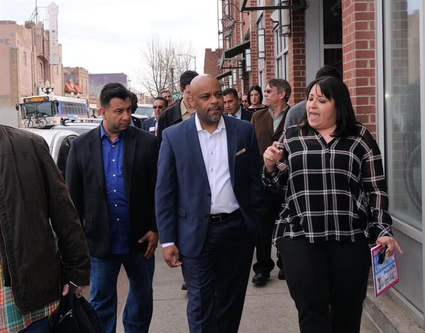 El alcalde de Denver Michael Hancock (c) escucha a la presidente del grupo Distrito de Mejoras Empresariales (BID) de Santa Fe, Andra Barela (dcha.) junto al concejal de la ciudad Paul López (izq.). EFE/Archivo