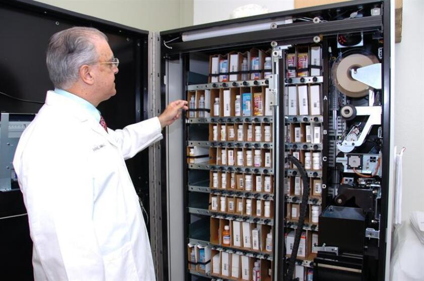 Rafael Amaro, director médico del grupo Molina Healthcare, muestra como están clasificadas las medicinas al interior de la farmacia robot -con instrucciones en español- de la clínica de la calle Artesia de Long Beach, California. EFE/Archivo