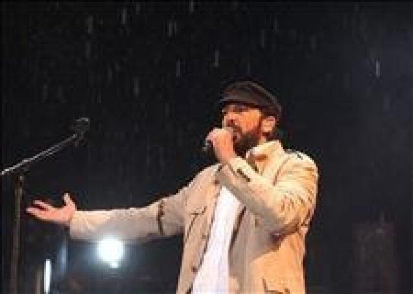 """El cantante dominicano Juan Luis Guerra actúa en junio de 2012 en """"A Son de Guerra"""" en Santo Domingo. EFE/Archivo"""