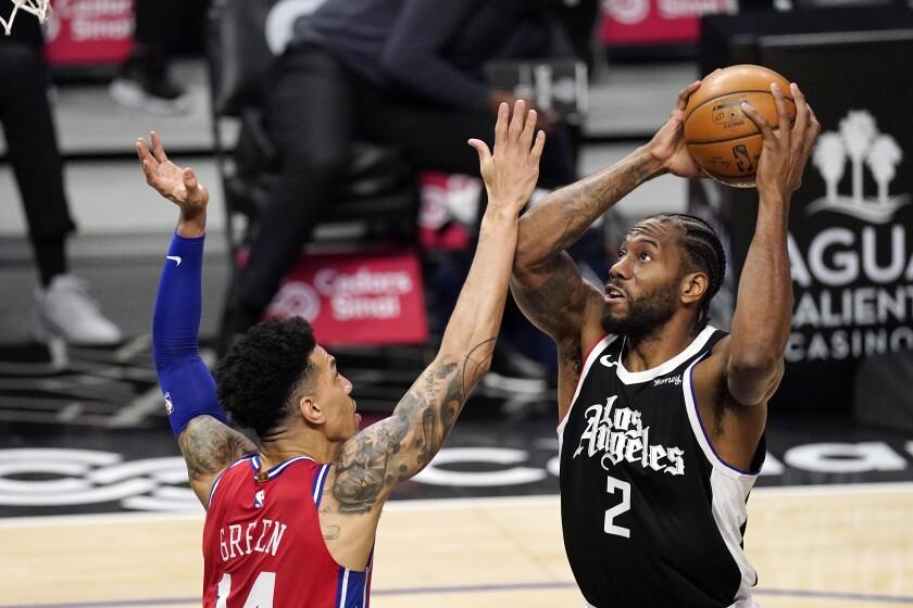 Kawhi Leonard, de los Clippers de Los Ángeles, dispara ante Danny Green, de los 76ers de Filadelfia