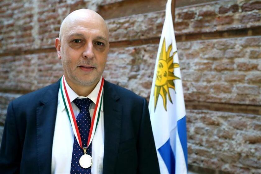 El médico y científico uruguayo Rafael Radi posa durante la entrega del premio anual de Ciencia y Tecnología, en Montevideo (Uruguay). EFE