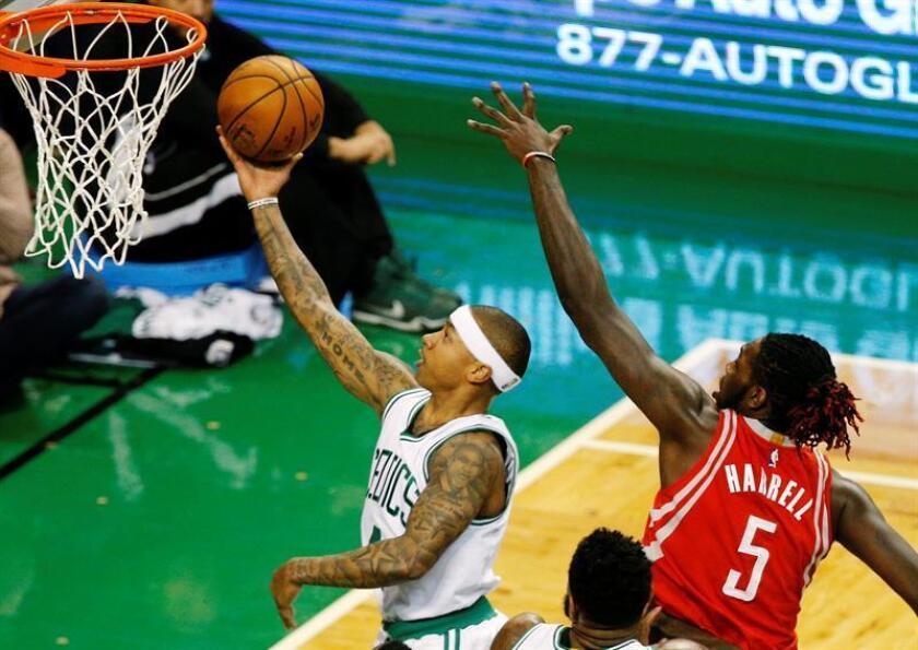 Isaiah Thomas (i) de Boston Celtics salta para encestar contra Montrezl Harrell (d) de Houston Rockets hoy, miércoles 25 de enero de 2017, durante un juego de la NBA en TD Garden en Boston (EE.UU.). EFE