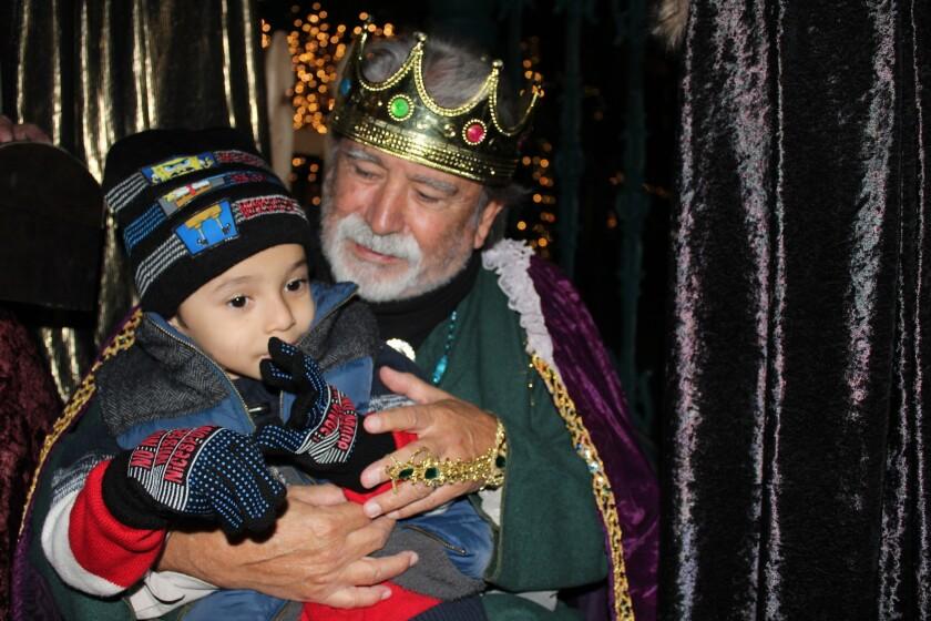 Melchor se toma foto con los menores.
