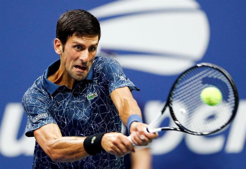 El tenista serbio Novak Djokovic fue registrado este jueves al devolverle una bola al estadounidense Tennys Sandgren, durante un partido de la segunda ronda del Abierto de Tenis de Estados Unidos, en el Centro Nacional de Tenis USTA, de Flushing Meadows (Nueva York, EE.UU.). EFE