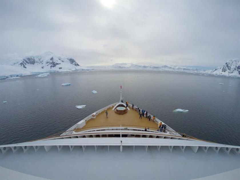 Fotografía sin fecha cedida hoy, domingo 8 de julio de 2018, por el operador de cruceros de lujo Seabourn Cruise donde se muestra al crucero Seabourn Quest a su llegada a la Antártica. EFE/Yuriy Rzhemovskiy/Seabourn/SOLO USO EDITORIAL/NO VENTAS