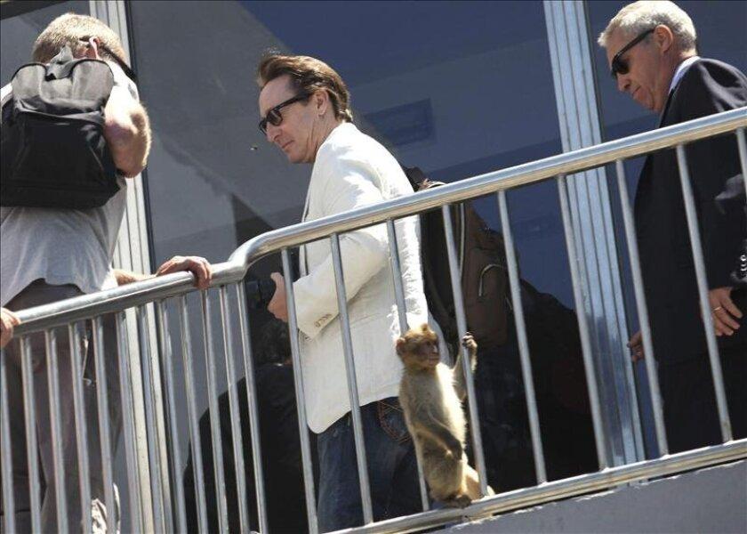 """Julian Lennon (c), hijo de John Lennon y de su primera esposa, durante su estancia hoy en Gibraltar donde ha visitado la exposición """"Memorabilia"""", un recorrido por algunos de los objetos personales de su legendario padre. EFE"""