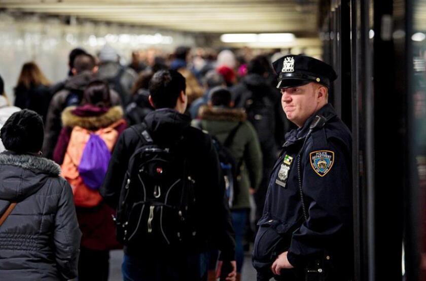 Una organización de defensa de los inmigrantes acusó hoy al Departamento de Policía de Nueva York (NYPD) de negar atención básica a personas que no hablan inglés. EFE/Archivo