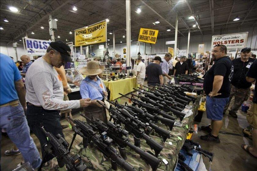 Texas estudia autorizar la venta de alcohol en las ferias de armas - San  Diego Union-Tribune en Español