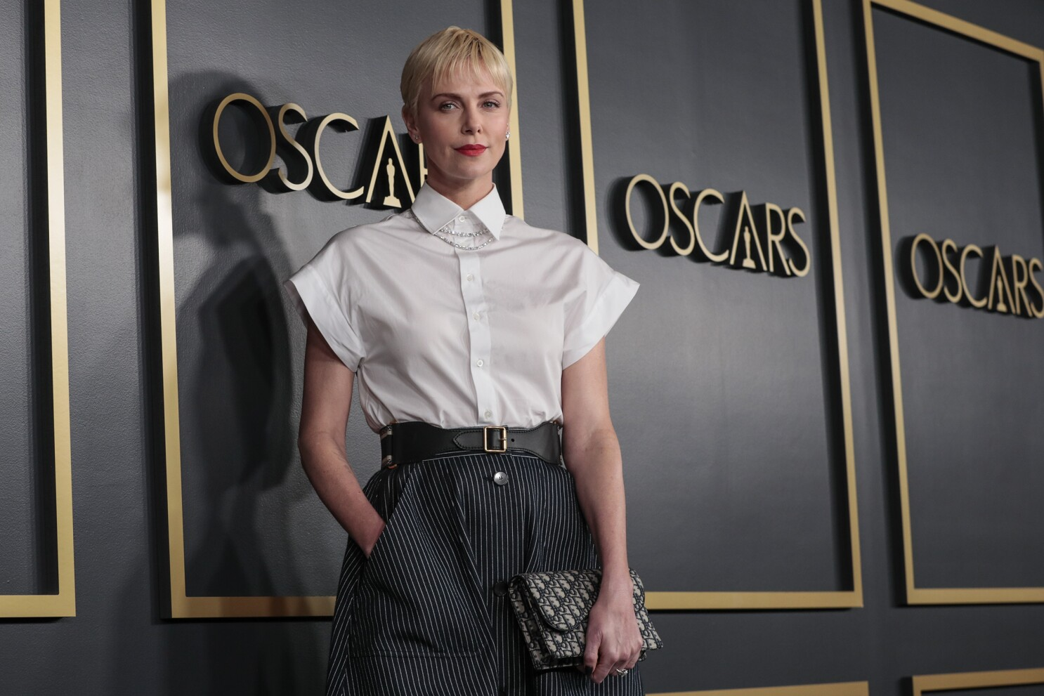 Oscars 2020 Charlize Theron Goes For The Fashion Gold Los Angeles Times