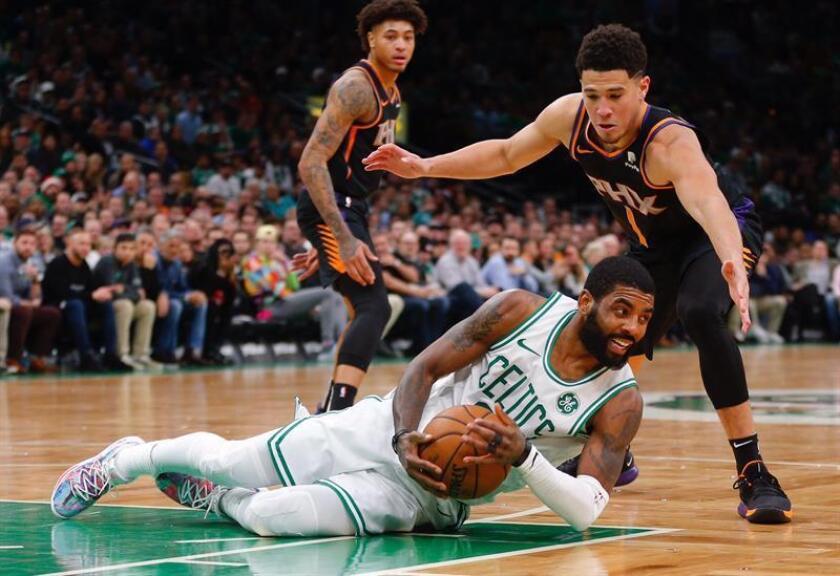 Kyrie Irving (abajo) de los Celtics en acción contra Devin Booker (arriba) de los Phoenix Suns hoy, durante el partido de NBA entre los Boston Celtics y los Phoenix Suns, en el TD Garden de Boston, Massachusetts, (EE.UU.). EFE