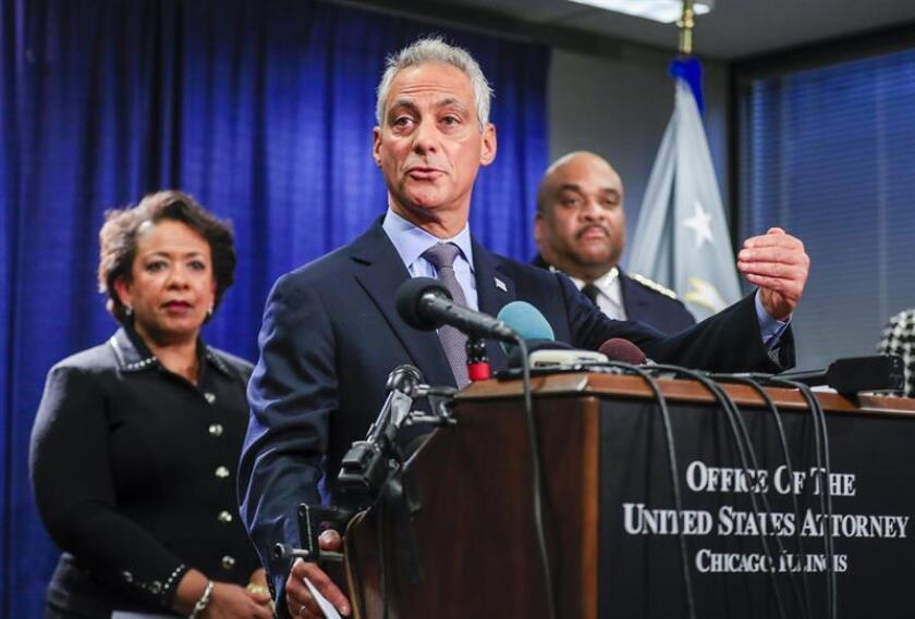 La fiscal general estadoundiense Loretta Lynch (i), el superintendente de la Policía de Chicago,Eddie Johnson (d) y el alcalde de Chicago, Rahm Emanuel (c) presentan el resultado de una investigación al Departamento de Policía de Chicago. EFE/Archivo