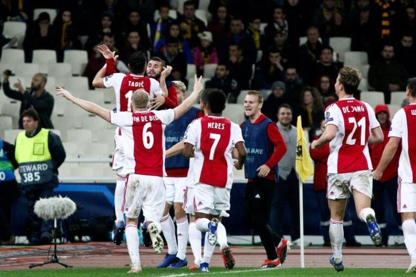 Los jugadores del Ajax celebran un gol durante un encuentro ante el AEK Atenas correspondiente al grupo E de la UEFA Liga de Campeones en el estadio Olímpico en Atenas (Grecia). EFE
