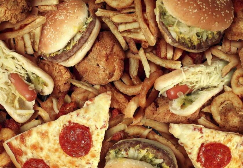 Precio y practicidad elevan consumo de comida chatarra en México desde niñez