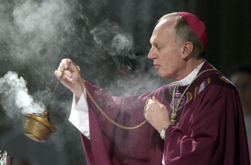 ARCHIVO - En imagen de archivo del miércoles 25 de febrero de 2004, el obispo Howard Hubbard esparce incienso durante la misa del Miércoles de Ceniza en la Catedral de la Inmaculada Concepción de Albany, Nueva York. (AP Foto/Jim McKnight, archivo)